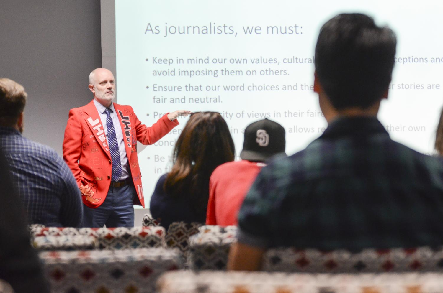 Matthew Hall providing students advice on how to detect fake news stories. Photo credit: San Diego Mesa College Office of Communications