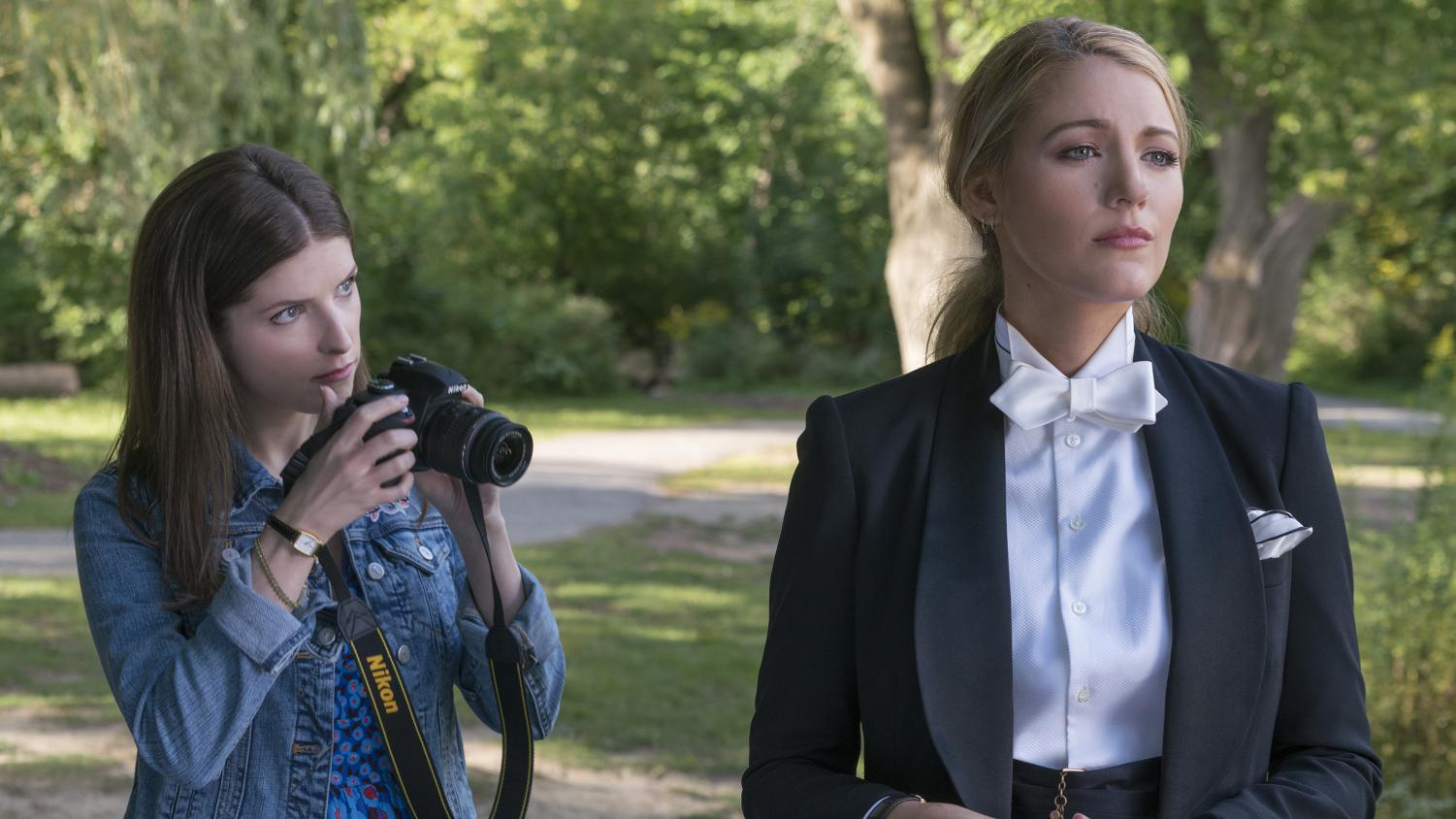 Anna Kendrick as Stephanie and Blake Lively as Emily in A Simple Favor.