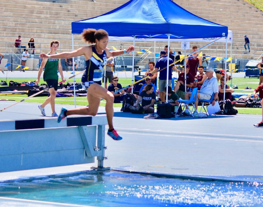 Sophomore+distance+runner+Erica+Edwards+jumps+her+way+into+the+3000m+steeplechase+final.+Picture+credit+to%2C+Jeff+Eichler